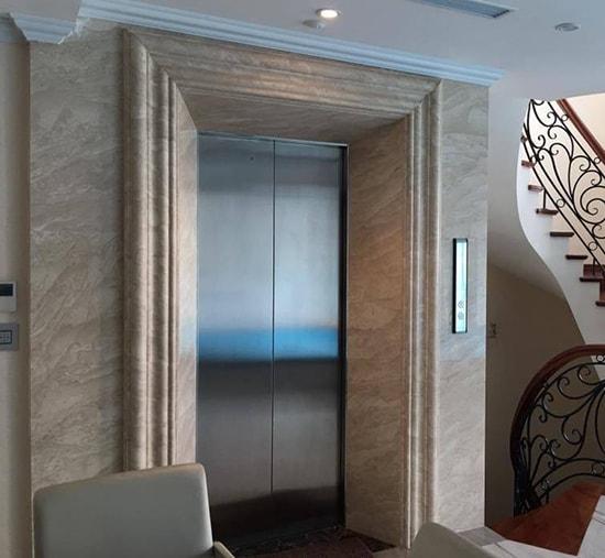 trang trí mặt tiền thang máy bằng gỗ